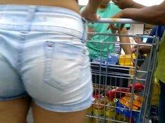 Novinha de shortinho na fila do mercado