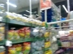 Loira rabuda no supermercado