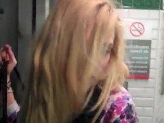 Cette garce de Marion pisse sans gene dans le metro