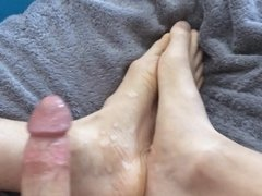 Masturbating and cum on my big feet