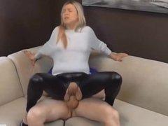 Blondine in Latex Leggings geil in die Fotze gefickt