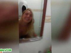 Fodendo a loira gostosa no banheiro do bar