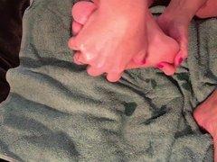 Massage de mes pieds et ma Pussy a la bougie comestible
