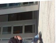 Culona mostrando cachete en la calle