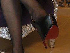 Sklave dient Domina auf Knien zu den Nylons