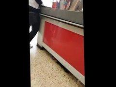 buen culo de una madura en el supermercado