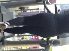 Big booty chick at the gym
