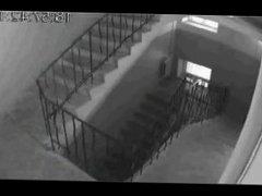 couple dans les escalier - cam cachee