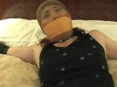 Vivian atada en cuarto de hotel