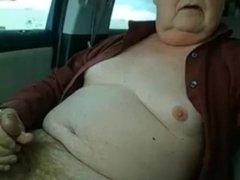abuelo morboso pajeandose en el coche