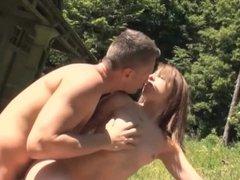 La jeune Kim Equinoxx se fait baiser sans capote dans la nature