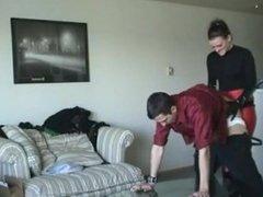 marito rientra a casa e trova la moglie con strapon