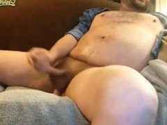 heavy bear sittin back and watching porn