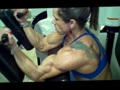 muscle woman trainning biceps
