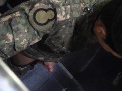 Espiando o soldado no banheiro