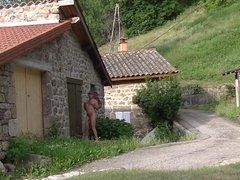 Je fais le naturiste dans un petit hameau