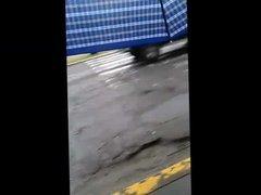 Assedio violando con palabras a una chica en la calle
