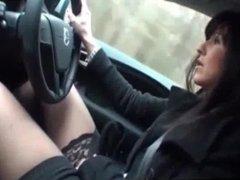 Elle se fait jouir en conduisant