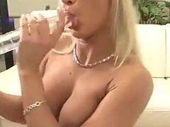 Blonde Latexqueen fickt sich selber zum Orgasmus