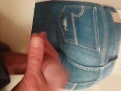 grosse branle et ejac sur petit cul en jeans