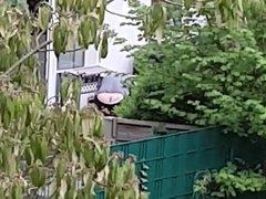 Nachbarin mit Leggings im Garten
