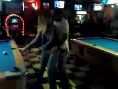 Une blonde en jeans chauffe un mec au billard