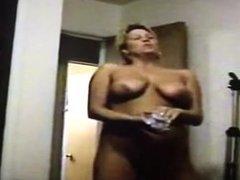 Lei si spoglia nuda in casa per lui x