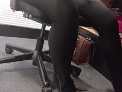 Amigo filma meus pezinhos Scarpin Preto Alto no escritorio