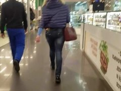 Sexy MILF's ass in the mall