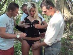 En pleine nature Vanessa Coccolona se fait baiser par 3 mecs