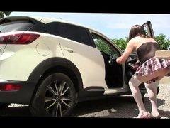 Diana la salope devant sa voiture