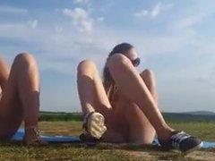 Deux jeunes nanas se masturbent en plein air
