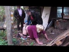 La truie est humiliee par une femme devant un voyeur