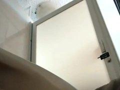 Milf con falda espiada en el wc