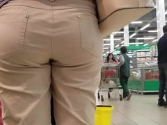 Round ass in the supermarket