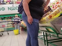 Woman with large ass want some fruits and salads