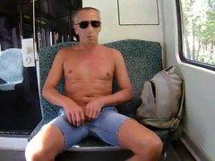 In der S-Bahn nackt ausziehen liebe ich. Nude in the Train