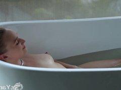 Hottie Yanks Girl  Kim Cums Plays In The Bath Tube