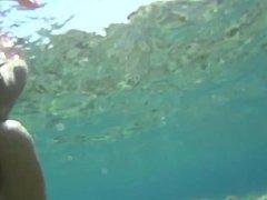 Flo en bikini vue sous l'eau