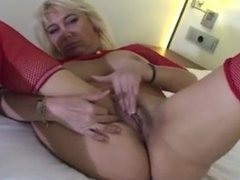 BIG BREASTED BLONDE PLAYING WITH A GIANT DILDO