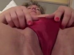BIG BOOTY SOLO MATURE CHICK FUCKS HER HOT CUNT WITH A DILDO