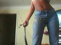 Une blackette en jeans bouge devant sa cam