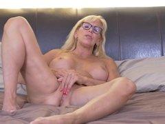 Canadian mature mother Bianca needs a good sex