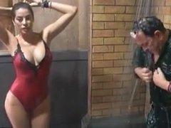 Aida Yespica balla e si fa toccare sotto la doccia al GF VIP