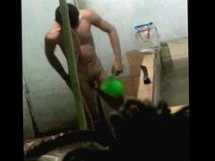 Espiando o amigo punhetando no banho