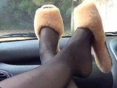 Deliciosos pies en el coche