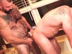 Bear couple fuck in the tub
