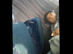chacal caliente tocándose en el bus