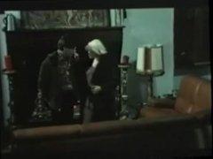 Femme en fourrure dans un film retro