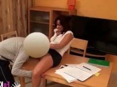 Profesora se coge a estudiante virgen